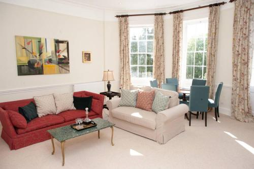 Spacious 2 Bedroom Apartment in Old Crescent