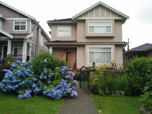 Helen's House - Close to Skytrain and Airport (B&B)
