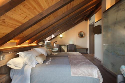 Suite con bañera de hidromasaje y cama grande Hotel La Neu 3