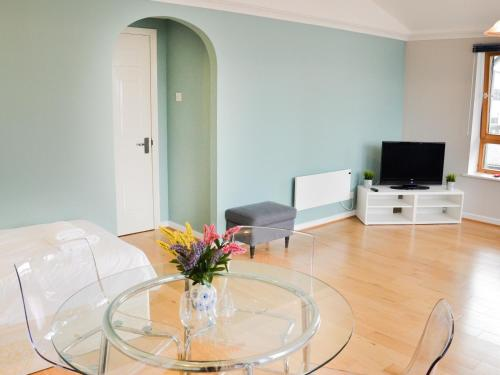 OYO Home Docklands 2 Bedroom Apartment