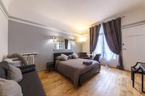 private studio avenue des champs elys es location saisonni re 76 avenue des champs lys es. Black Bedroom Furniture Sets. Home Design Ideas