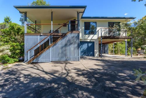 12 Ibis Court - Highset beach house with natural bushland gardens and covered decks