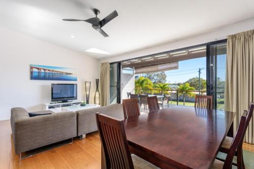 . Unit 3 Rainbow Surf - Modern, double storey townhouse with large shared pool, close to beach and shop