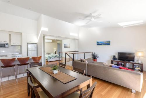 . Unit 4 Rainbow Surf - Modern, double storey townhouse with large shared pool, close to beach and shop