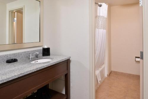 Hampton Inn & Suites Newport News-Airport - Oyster Point Area