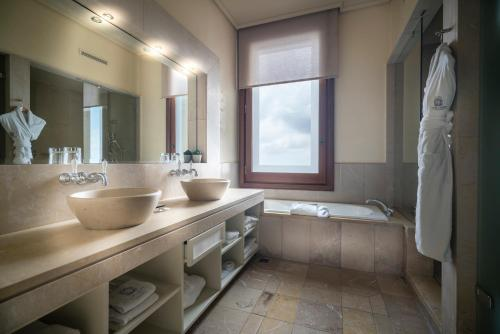 Deluxe Double or Twin Room with Mountain View Gran Hotel La Florida G.L Monumento 9