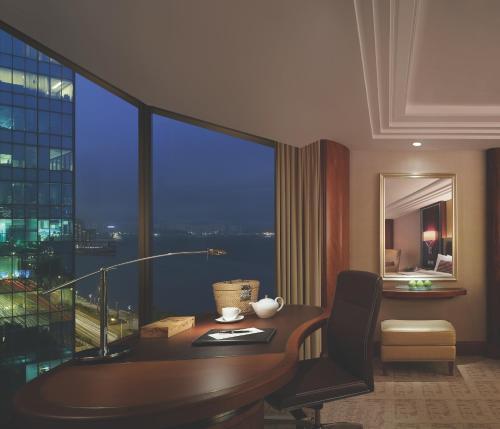 Kowloon Shangri-La Номер Делюкс с кроватью размера «king-size» и боковым видом на гавань