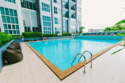 King Bed with Pool View High Floor Locals Apartment 0017160O King Bed with Pool View High Floor Locals Apartment 0017160O