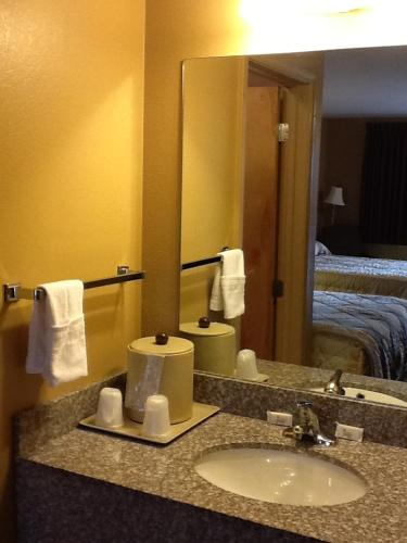 Caronoda Motel - Central City, KY 42330