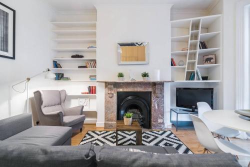 2 Bedroom Flat In West Kensington