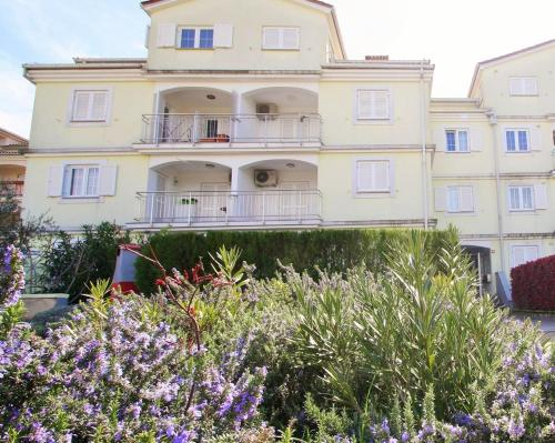 Spacious Apartment Peteh in Veli Maj
