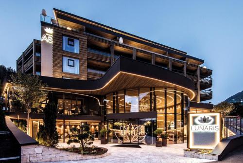 LUNARIS Wellnessresort - Hotel - Cadipietra / Steinhaus