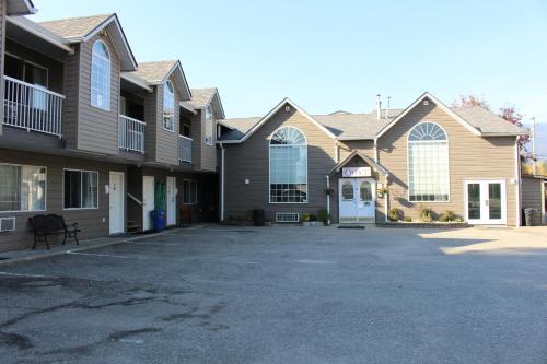 Monashee Lodge - Accommodation - Revelstoke