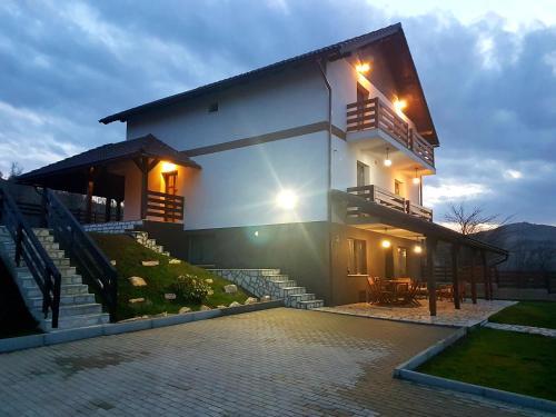 Mera Hills House, Baciu
