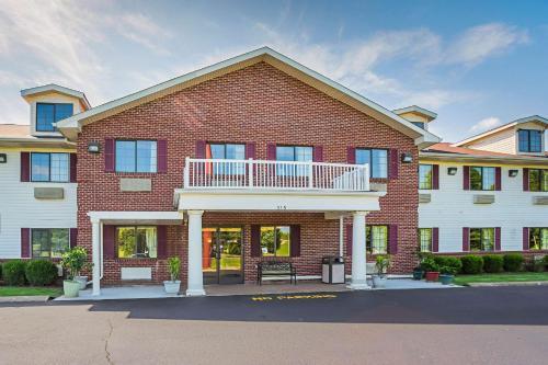 . Econo Lodge Inn & Suites Ripley