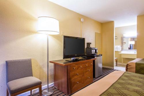 Econo Lodge Inn & Suites Gilbertsville - Calvert City, KY 42044