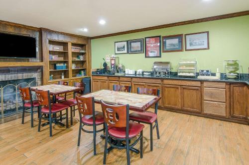 Econo Lodge Inn & Suites - Norton