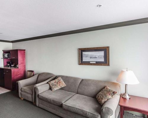 Quality Inn & Suites Hinton - Hinton, AB T7V 0A6
