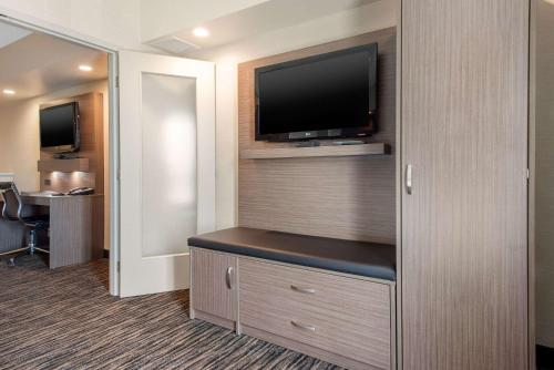 Clarion Hotel & Suites - Brandon, MB R7B 3Y3