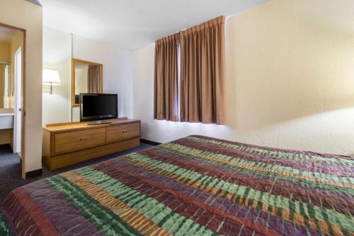 Rodeway Inn & Suites Colorado Springs - Colorado Springs, CO 80906