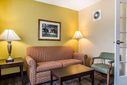 Clarion Hotel & Suites Hamden-New Haven - Hamden, CT 06518