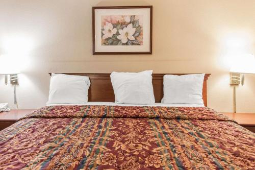 Econo Lodge Inn & Suites Columbus - Columbus, GA 31901