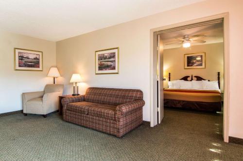 Econo Lodge Inn & Suites Conference Center Dublin