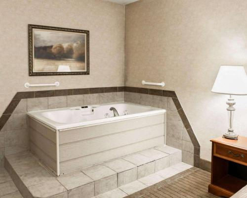 Quality Inn Castleton - Indianapolis, IN 46250