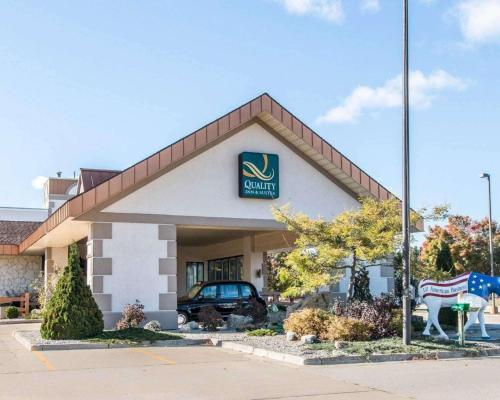 Quality Inn&Suites - Accommodation - Escanaba