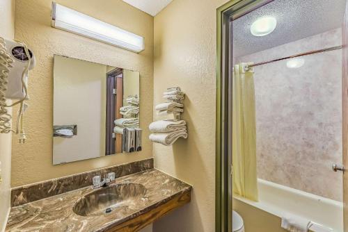 Rodeway Inn - Saint Joseph, MN 56374