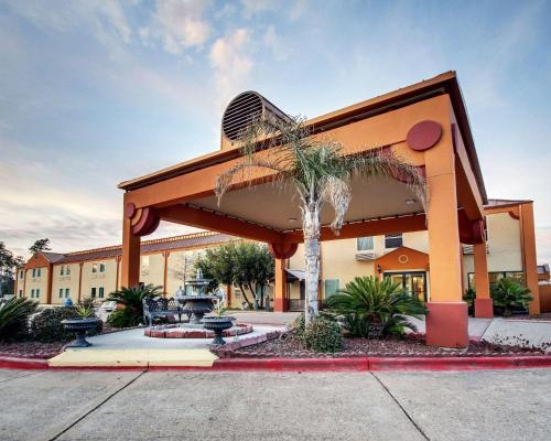 . Econolodge Inn & Suites