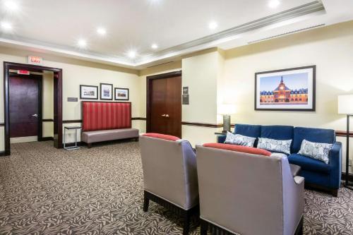 Comfort Suites At Woodbridge - Avenel, NJ 07001