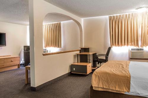 Econo Lodge  Inn & Suites Clinton - Clinton, OK 73601