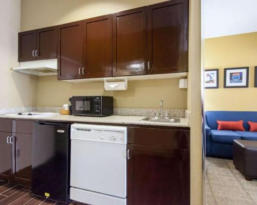 Comfort Suites Central/I-44 - Tulsa, OK 74145