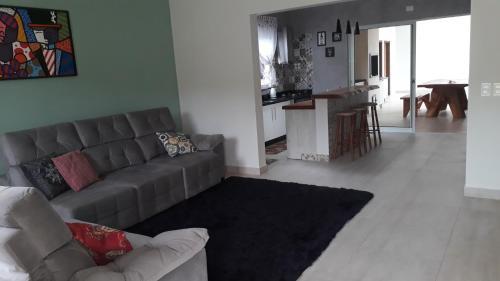 Aconchego e modernidade! Casa com piscina (Photo from Booking.com)
