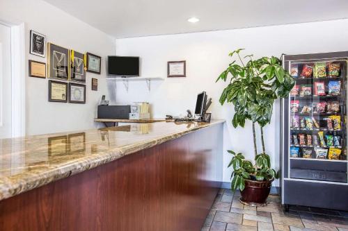 Econo Lodge Inn & Suites Ridgecrest - Ridgecrest, CA 93555