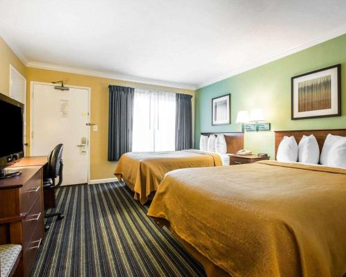 Queen Room with One Queen Bed and One Double Bed - Non-Smoking