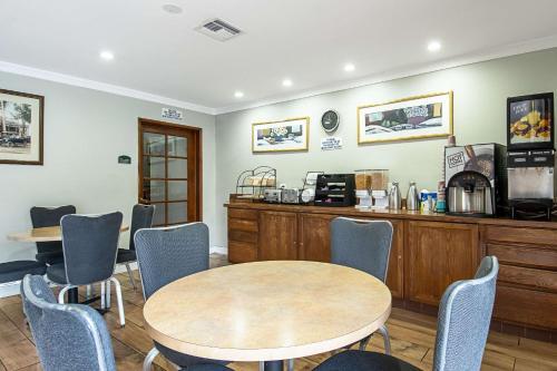 Rodeway Inn Near Maingate KnottGÇÖs - Buena Park, CA CA 90620