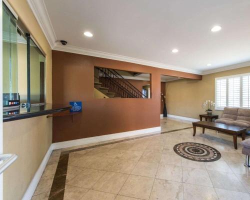 Rodeway Inn Near La Live - Huntington Park, CA 90255