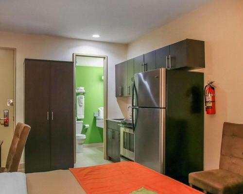 Econo Lodge Winnipeg South - Winnipeg, MB R3M 3T6