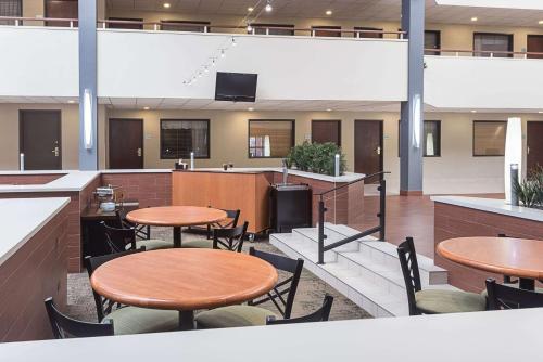 Quality Suites Hotel - Lansing - Lansing, MI MI 48917