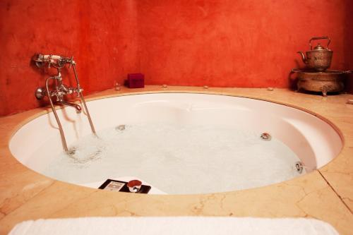 Suite con bañera de hidromasaje y cama grande Alcoba del Rey de Sevilla 4