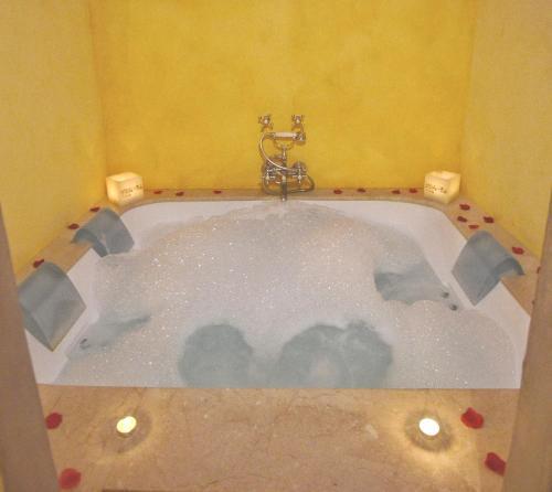 Suite con bañera de hidromasaje y cama grande Alcoba del Rey de Sevilla 2