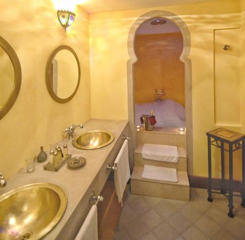 Suite con bañera de hidromasaje y cama grande Alcoba del Rey de Sevilla 1