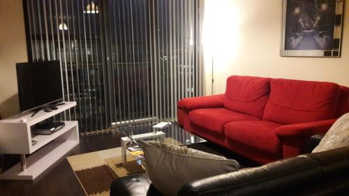 Modern 2 Bed Apartment With Balcony