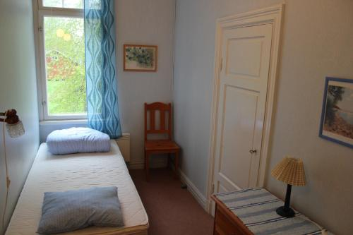 Vienvietis numeris su bendru vonios kambariu (Single Room with Shared Bathroom)