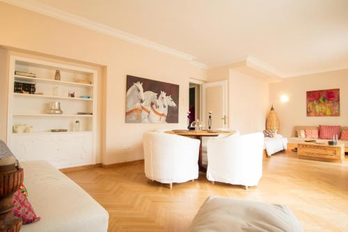 The Helios Flat, Pension in Athen