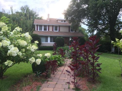 Fully Furnished updated Home close to NewYork