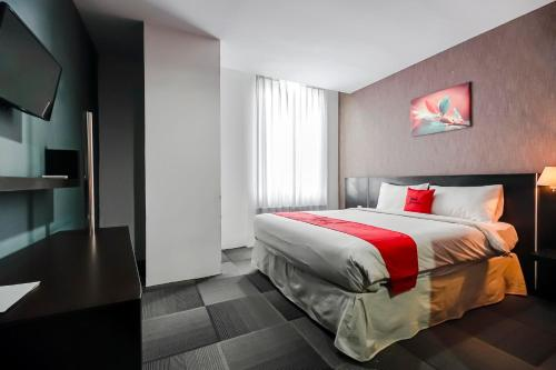 RedDoorz Premium Near Pantai Losari 2