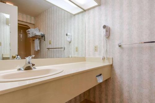 Quality Inn Breeze Manor - Breezewood, PA 15533